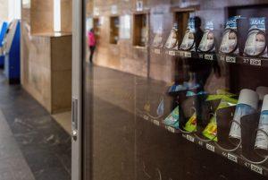 В петербургском метро начали продавать маски и перчатки. Сколько стоят средства защиты, какие компании их поставляют и что об этом говорят горожане