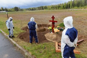 Что известно о новых правилах похорон в Петербурге. Церемонии прощания запретили, но родственников пускают на кладбища
