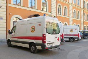 В Петербурге умерла девушка, к которой якобы не приехала скорая из-за переполненности больниц. Что удалось выяснить о ситуации и как реагируют чиновники