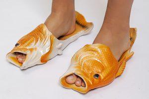 Петербургский программист продает «рыбашаги» — обувь в форме рыб, которая стала мемом. Их надевала Собчак и показывали в «Вечернем Урганте»