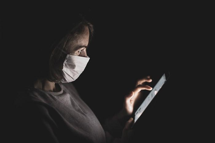 Петербуржцам грозят штрафом за отсутствие маски в общественных местах и на улице. Как будут работать ограничения — объясняет юрист