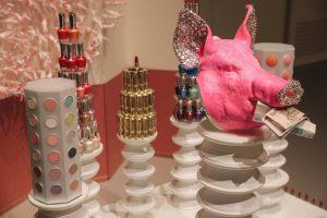 Свиная голова в стразах и забор из губных помад — как в Эрмитаже монтировали инсталляцию южнокорейской художницы
