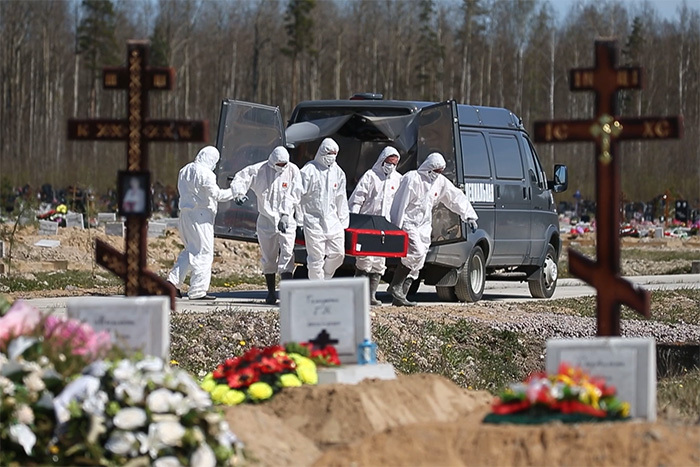 Как в Петербурге хоронят умерших от коронавируса. Работники кладбища в защитных костюмах и гробы с металлическими вставками