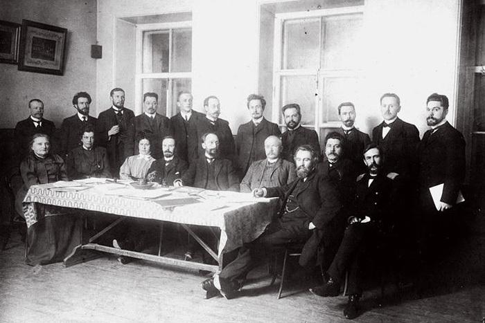 Как в Петербурге до революции работала немецкая школа Карла Мая. Там не было экзаменов, а директор по утрам приветствовал каждого ученика