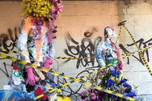 Петербургские флористки создали инсталляцию из цветов и мусора на Крестовском острове. Через день они отправили объект на переработку