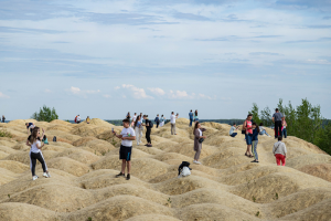 Это Борницкий карьер недалеко от Гатчины. Вот сколько петербуржцев проводят там выходные, пока тепло