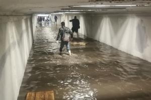 В Петербурге снова потоп — пострадали ТРК «Лето», «Пятерочка» и минимум четыре станции метро. По улицам «плавают» автомобили