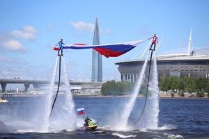 Над Невой подняли триколор в честь Дня России — для этого спортсмены взлетели в воздух на несколько метров. Одно фото