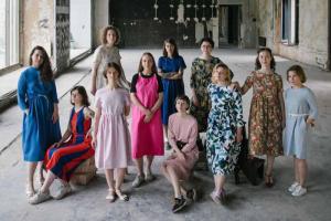 Сотрудниц «Подписных изданий» сфотографировали в новых торговых залах, которые откроют осенью. Девушки надели платья петербургского бренда