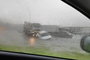 В Петербурге и Ленобласти — снова потоп после дождя. В Кингисеппе плавают на надувных матрасах, подвал Александровского дворца затопило