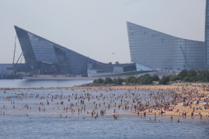 В Петербурге стоит 30-градусная жара. На пляже парка 300-летия — десятки людей, хотя он закрыт из-за пандемии