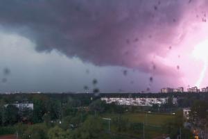 После очередного температурного рекорда Петербург накрыла мощная гроза с градом. Видео