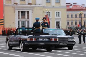 Как на Дворцовой площади прошла генеральная репетиция парада Победы — в ней участвовали сотни человек без защитных масок