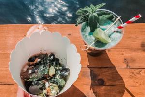 В «Севкабель Порту» открылась закусочная «Мидийные личности» — с мидиями в различных соусах и коктейлями