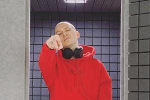 Компания IzoRoom выложила фото Оксимирона в звукоизоляционной кабинке. В подписях — намеки на новый альбом