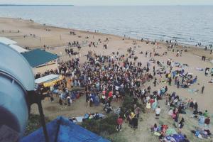 На Финском заливе прошла массовая вечеринка с диджеями. На пляже танцевали около 300 человек