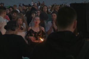 Ночью на улицах Петербурга прошли массовые вечеринки. Сотни людей выпивали, танцевали и пели на Рубинштейна, Думской и Дворцовой