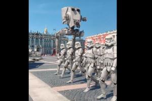 Петербургский дизайнер создал видео, в котором штурмовики из «Звездных войн» участвуют в параде Победы. Работа называется «Имперские амбиции»