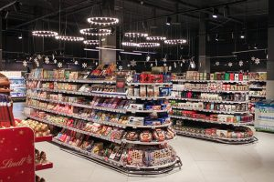 «Лэнд» и «Карусель» закрывают несколько магазинов в Петербурге, у других сетей падают продажи. Что происходит с продуктовыми во время пандемии?