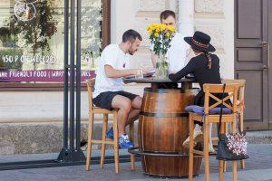 Как рестораны пережили пандемию и спасет ли их открытие летних кафе? Рассказывают El Copitas, Kuznya, Woodbar и другие