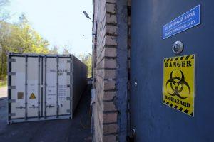 «Больные кашляют нам в лицо, а доплат нет». Петербургская уборщица рассказывает, как выполняет обязанности санитарки, но не получает выплат