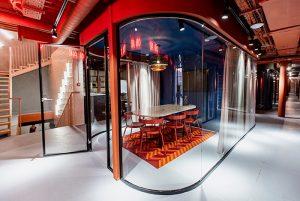 В здании петербургского пивоваренного завода открылся новый коворкинг — с офисами, лекторием и авторским дизайном. Вот как он устроен