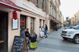 Петербургские кафе открывают веранды, за столикам сидят посетители. Город не готов отменять ограничения — но люди и бизнес уже не выдерживают
