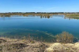 Шесть мест для загородного отдыха у воды — озеро с барханами, бухта серферов и река с «красными берегами»