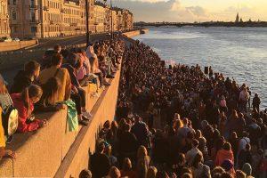 Группа Alai Oli устроила бесплатный концерт на набережной в Петербурге. А за день до этого — на площади Восстания 🎸