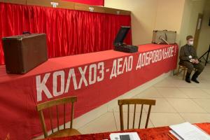 В деревне Горбунки в Ленобласти УИК оформили «с колоритом 1936 года». Там стоит бюст Ленина и висят плакаты с советскими лозунгами