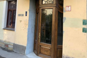 Петербуржец за свой счет восстановил дверь в дореволюционном доме на Лахтинской улице