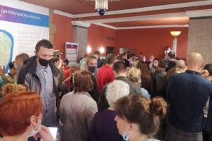 В районной администрации люди стояли в очереди за деньгами, пишет «Фонтанка». Они представились наблюдателями на голосовании по поправкам