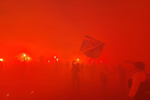 Фаеры, флаги и фанатские песни. Как петербуржцы встречали «Зенит» в Пулкове после его победы в чемпионате России