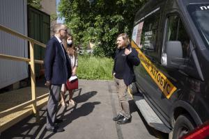 Генконсулы Бельгии и Франции запустили в Петербурге акцию — они передают подопечным «Ночлежки» шарлотки и багеты