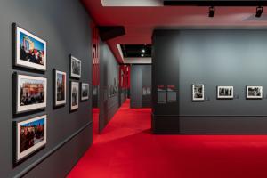В Манеж привезли снимки фотографов Magnum — от послевоенного СССР до портретов современных врачей. Вот как выглядит выставка «Иной взгляд»