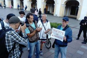 У «Гостиного двора» проходит акция в поддержку журналиста Ивана Сафронова, подозреваемого в госизмене