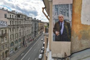 На крыше дома на Пяти углах появилась урбан-фреска с Бродским. Такое же изображение ранее закрасили на улице Пестеля