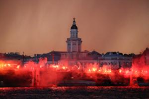 Дворцовый мост залит огнем — это фанаты жгут файеры в честь чемпионства «Зенита». Одно фото