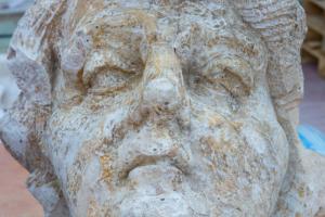 При вскрытии полов в Александровском дворце обнаружили голову атланта времен Растрелли
