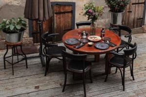 На Дворцовой набережной открылся винный двор бара Merula — с живыми цветами и антикварной мебелью