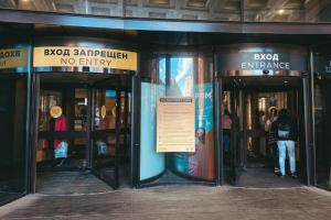 В Петербурге частично открылись некоторые торговые центры, заметила «Фонтанка». Там работают арендаторы с отдельным входом