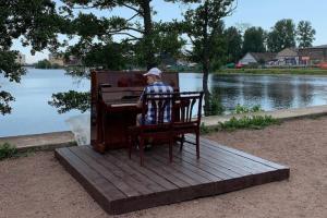 На улицах Петербурга снова появились пианино. Кто установил инструменты и как горожане устраивают уличные концерты в центре города и у залива