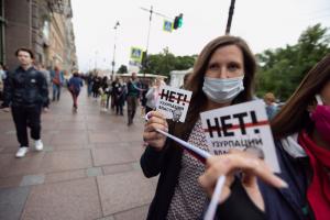 Сотни петербуржцев выстроились в очередь от Рубинштейна до Малой Садовой, чтобы оставить подпись против внесенных в Конституцию поправок. Фото