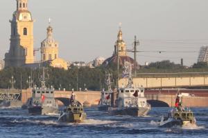 По Неве прошли военные корабли, катера и ботик Петра Первого. Это репетиция ко Дню ВМФ