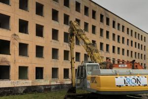 В Петербурге начали сносить первую расселенную хрущевку по программе реновации