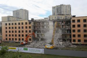 Как в Сосновой Поляне сносят первую хрущевку по программе реновации. Демонтаж продлится несколько дней