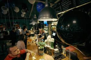 Около 50 баров в центре Петербурга могут закрыться из-за закона о «наливайках», подсчитало агентство Knight Frank