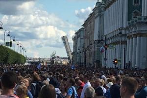В Петербурге прошел парад в честь Дня ВМФ. На набережных собрались толпы людей