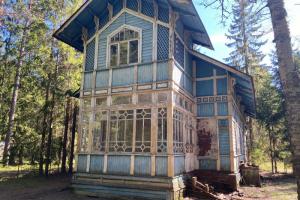Петербуржец разобрал и выставил на «Авито» изразцовую печь из дореволюционной дачи в Зеленогорске. Он говорит, что сделал это для ее сохранения
