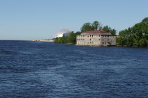 История заброшенного плавучего отеля с Большой Невки. Он появился в 90-х, не проработал ни дня, а накануне ЧМ исчез